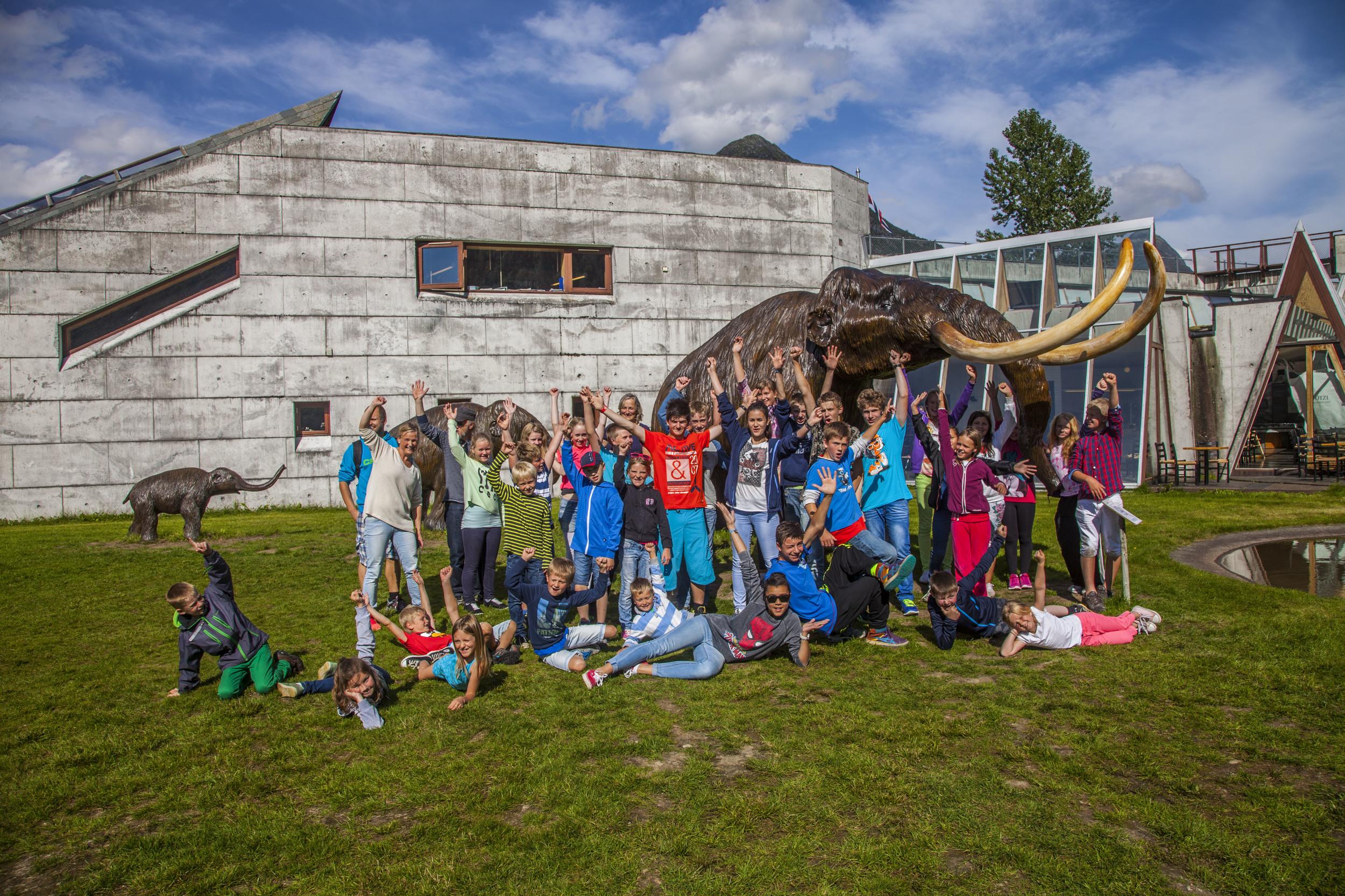 Happy students visiting the Norwegian Glacier Museum. Photo: Gaute Dvergsdal Bøyum.