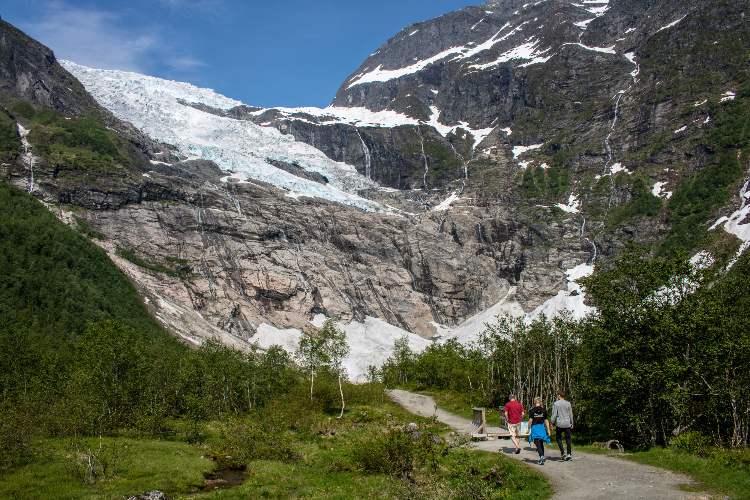 Easy but great walk in the fantastic surroundings in front of Bøyabreen Glacier (photo: Pål Gran Kielland).