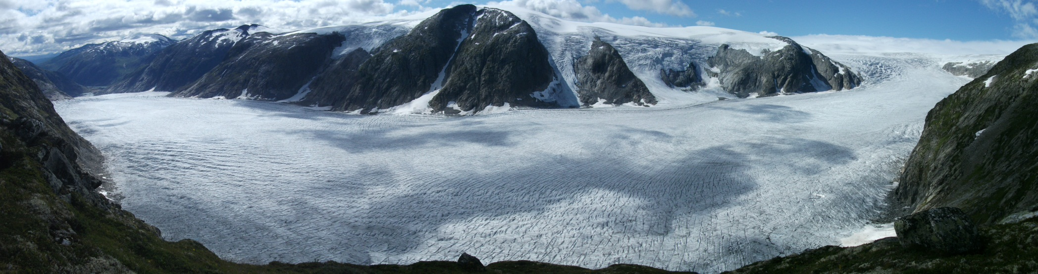 The panorama view of Tunsbergdalsbreen seen from Røykjedalsbandet Ridge. Photo: Morgan Gibson 2011.