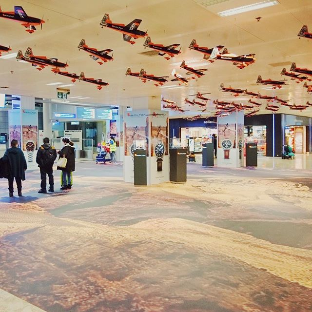 L'exposition Hamilton pour l'espace départ de l'aéroport de Genève est en place jusqu'au 31 janvier.  Si vous y passez, bon voyage!  #exhibition #watches #airport #planes #manufacture #mhdecors #swissmade #local #knowhow #myswitzerland #vaud #swisscraft #switzerland #vscocam #legacy