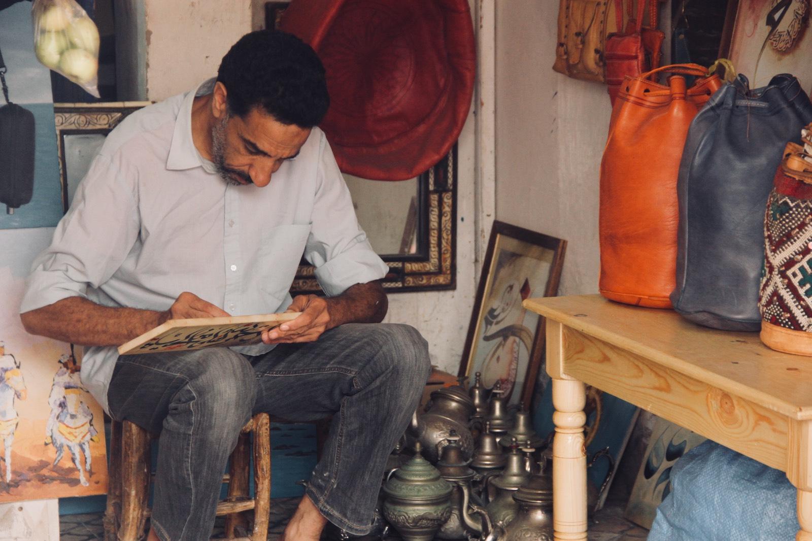 Artista in bottega a Essaouira, Marocco