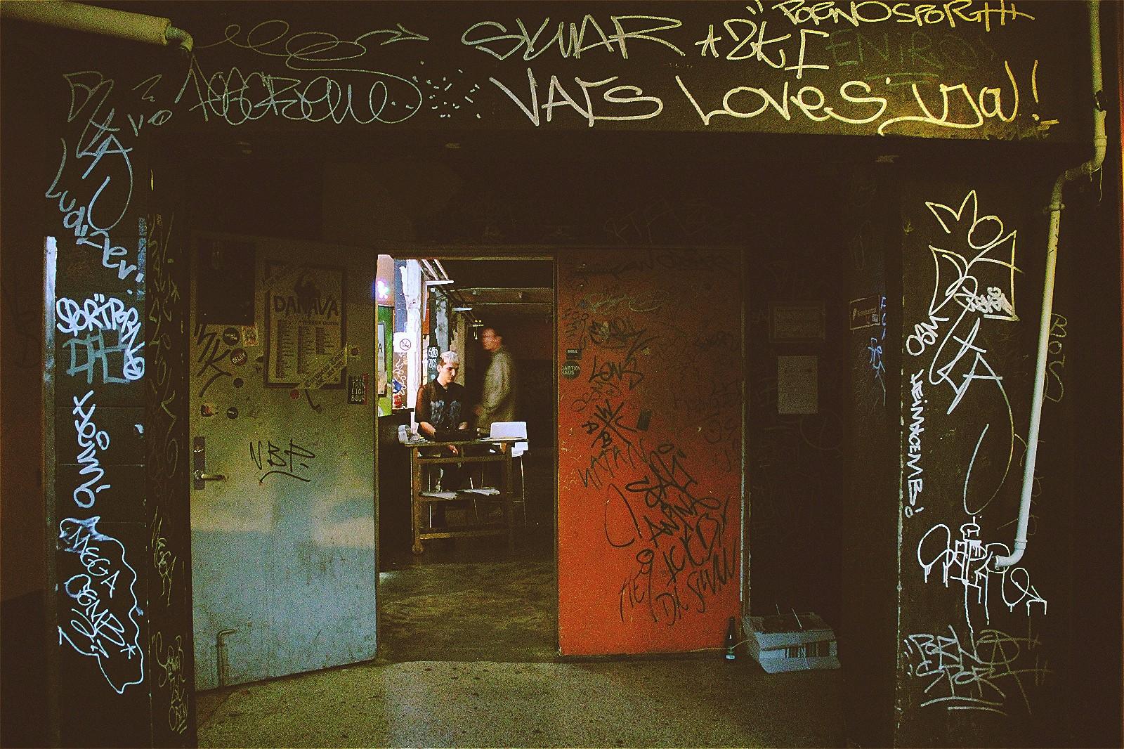 """KB18内部,到处都是涂鸦,充满""""地下""""气息"""