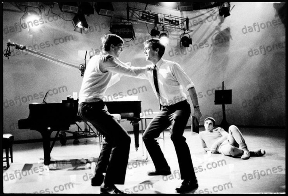 Hugh-Laurie-and-Stephen-Fry-cambridge-footlights-performace-for-bbc-tv-1981-hugh-laurie-30722295-1098-748.jpg