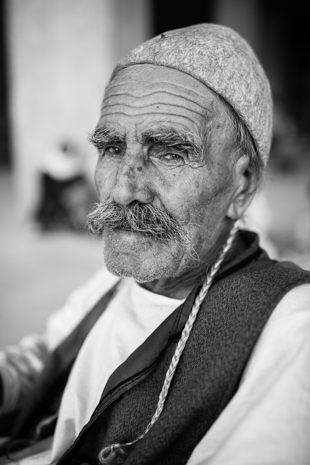 Yazidi old man in Zakho under constructionbuilding