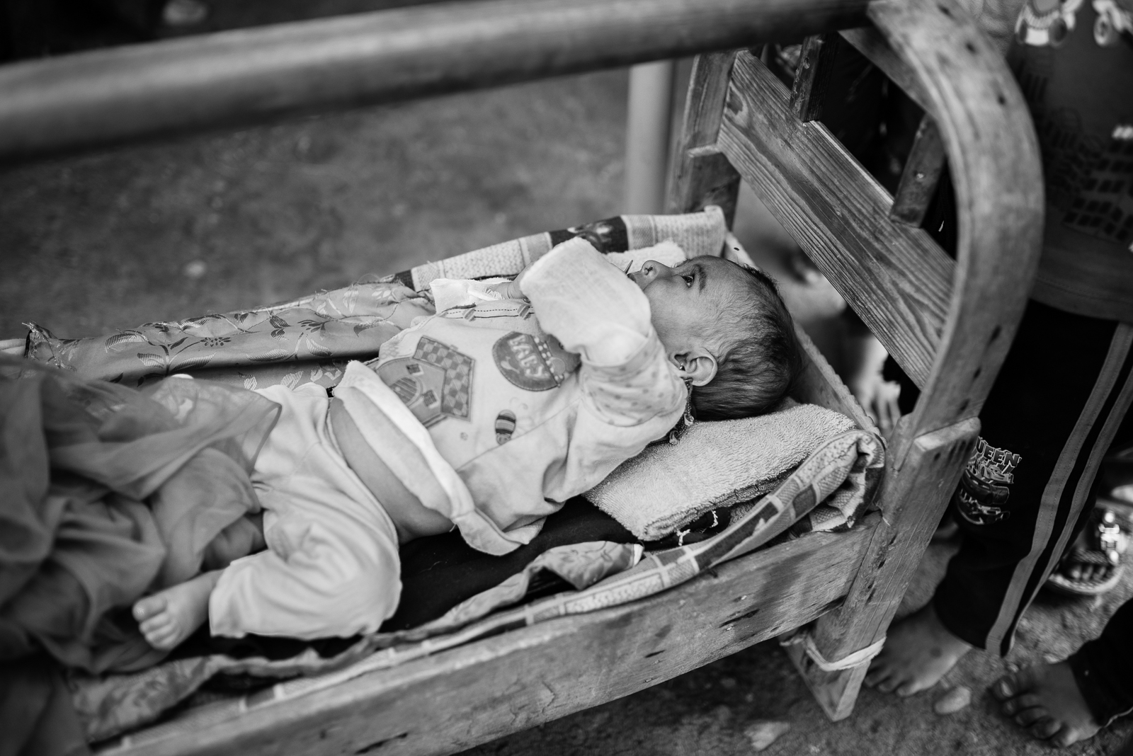 Child and feet in the Zakho's camp