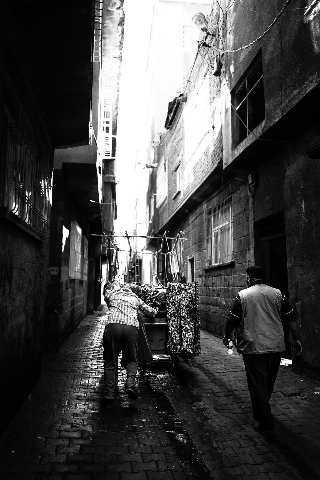 Bringing the goods to the bazaar, Diyarbakir (Turkey)