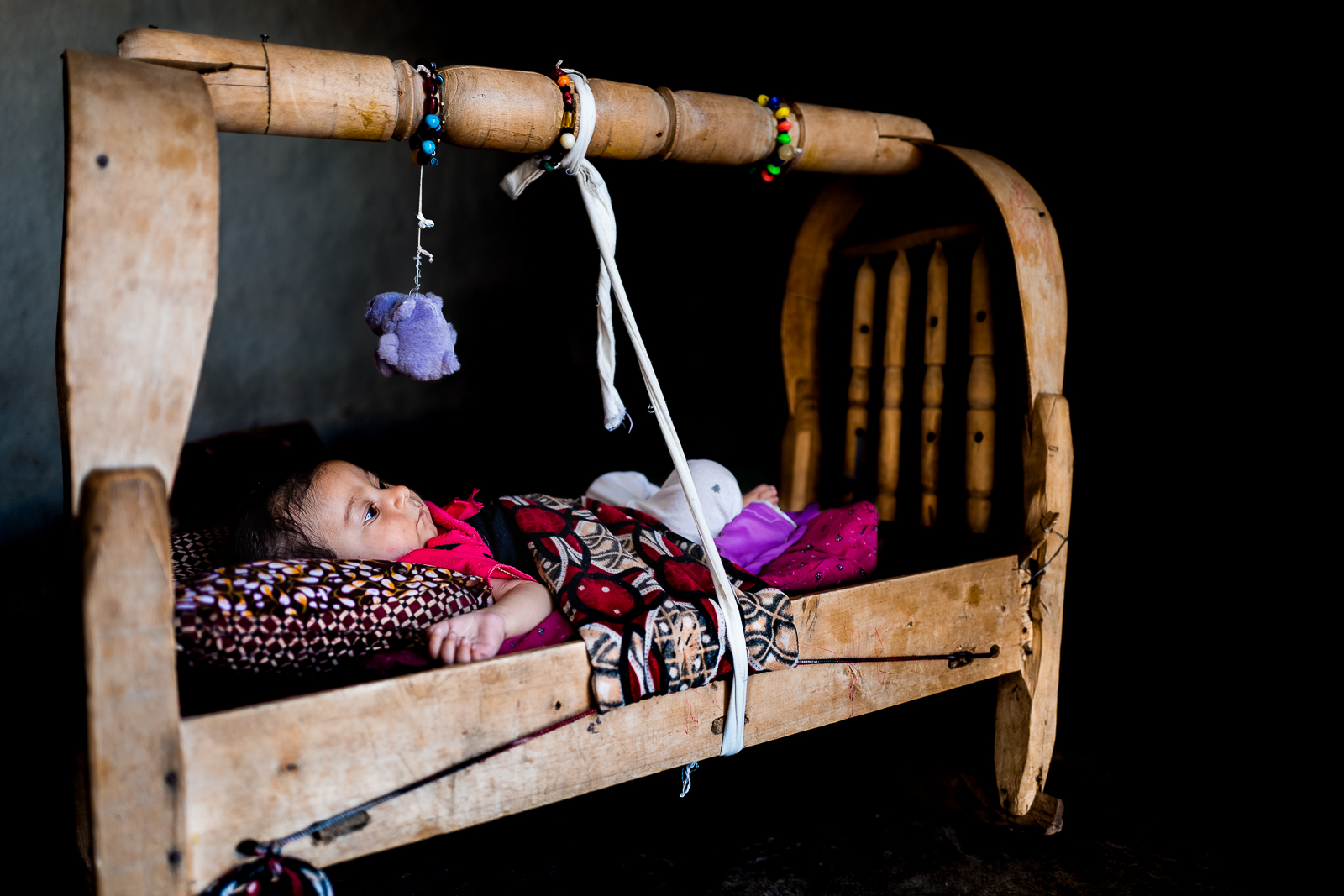 A young chil is sleeping in a unofficial camp in Sharya, near Dohuk