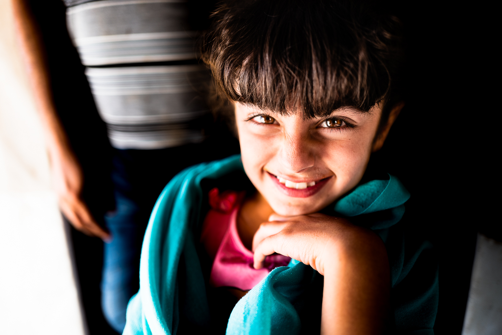 A young girl and his father, refugees camp of Khanik, near Douhk
