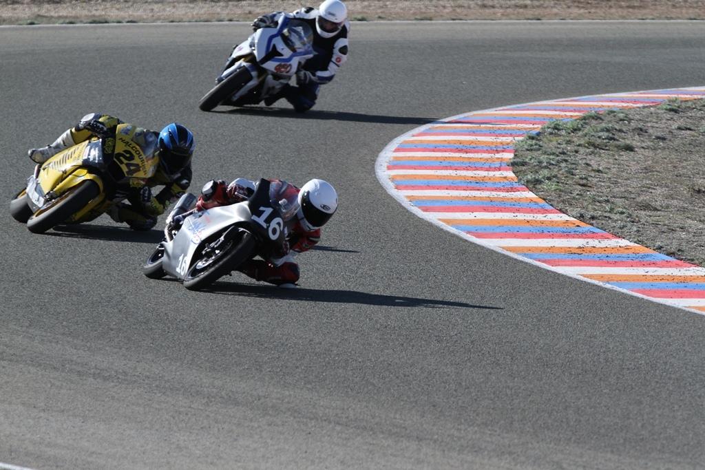 De kleine Moriwaki op de hielen gezeten door de Moto2 uit het Open Spaans kampioenschap.