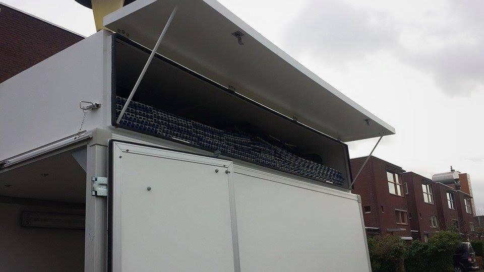 In de bakken op het dak passen de racevloer en een tent.