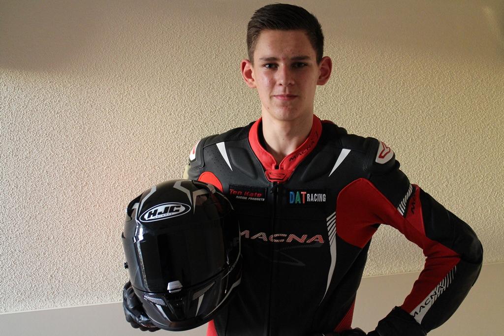 Mijn nieuwe outfit: Macna racepak, Forma racelaarzen en een HJC helm.