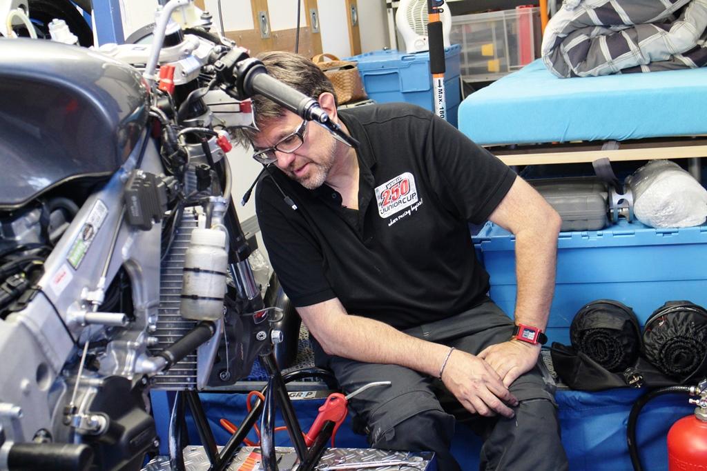 Na elke sessie wordt de motor uit elkaar gehaald en schoongemaakt.