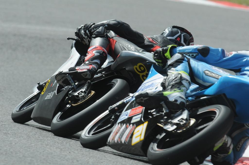 close racing, het standaard beeld van de Moto3!