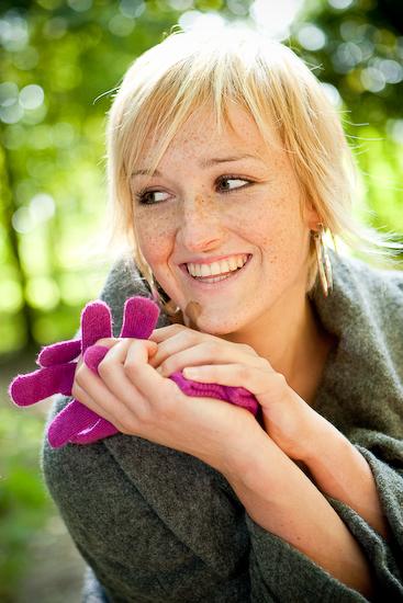 Lachend met handschoenen
