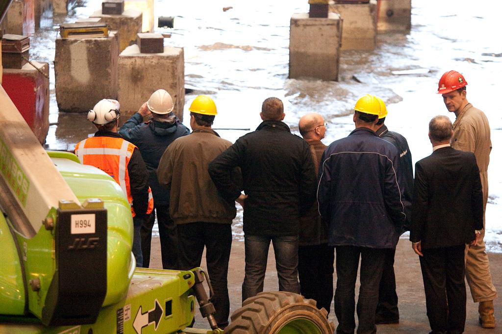 personeel kijkt de boot na