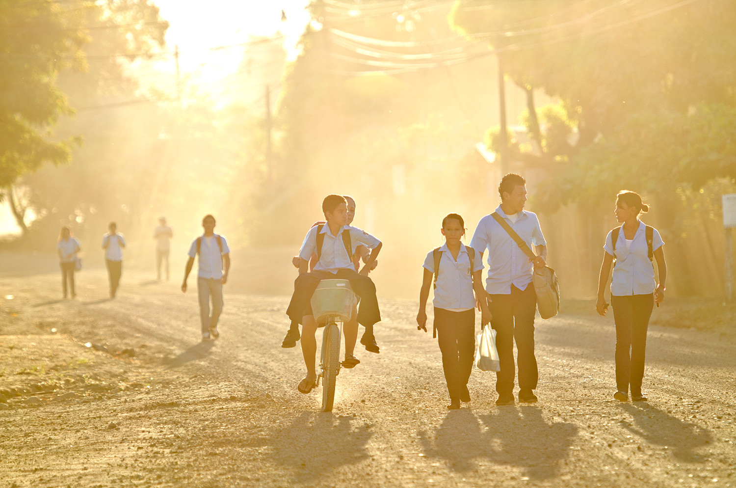 walking-to-school-caminando-a-la-escuela.jpg