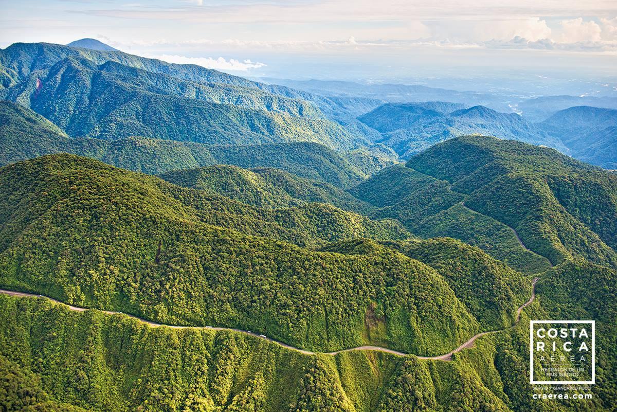 Foto de la carretera que pasa por el Parque Nacional Braulio Carillo, del nuevo libro Costa Rica Aérea
