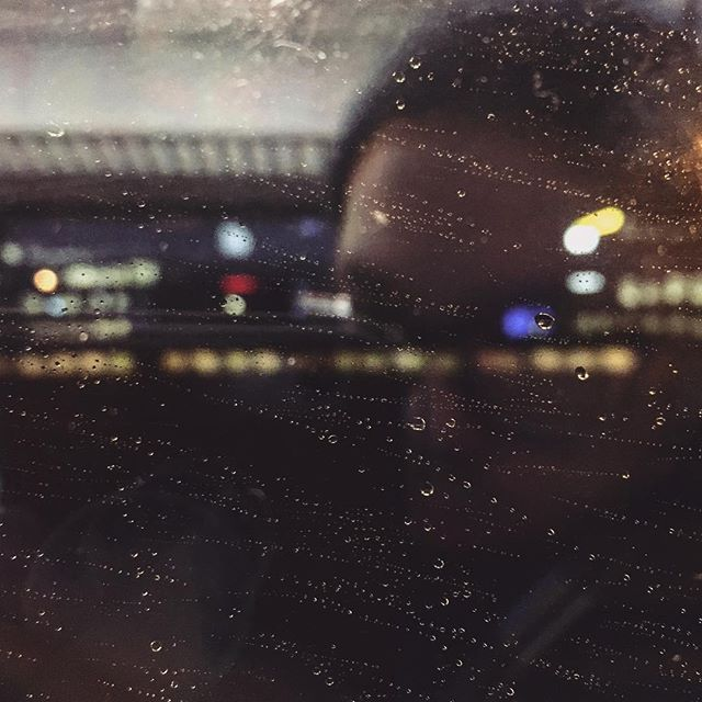 Huomenta. #hermanniturkki #folkmelske #dark #morning #darkness #dusk #aamu #rain #raindrops #reflection #lights #blurry #sharp #finland #train