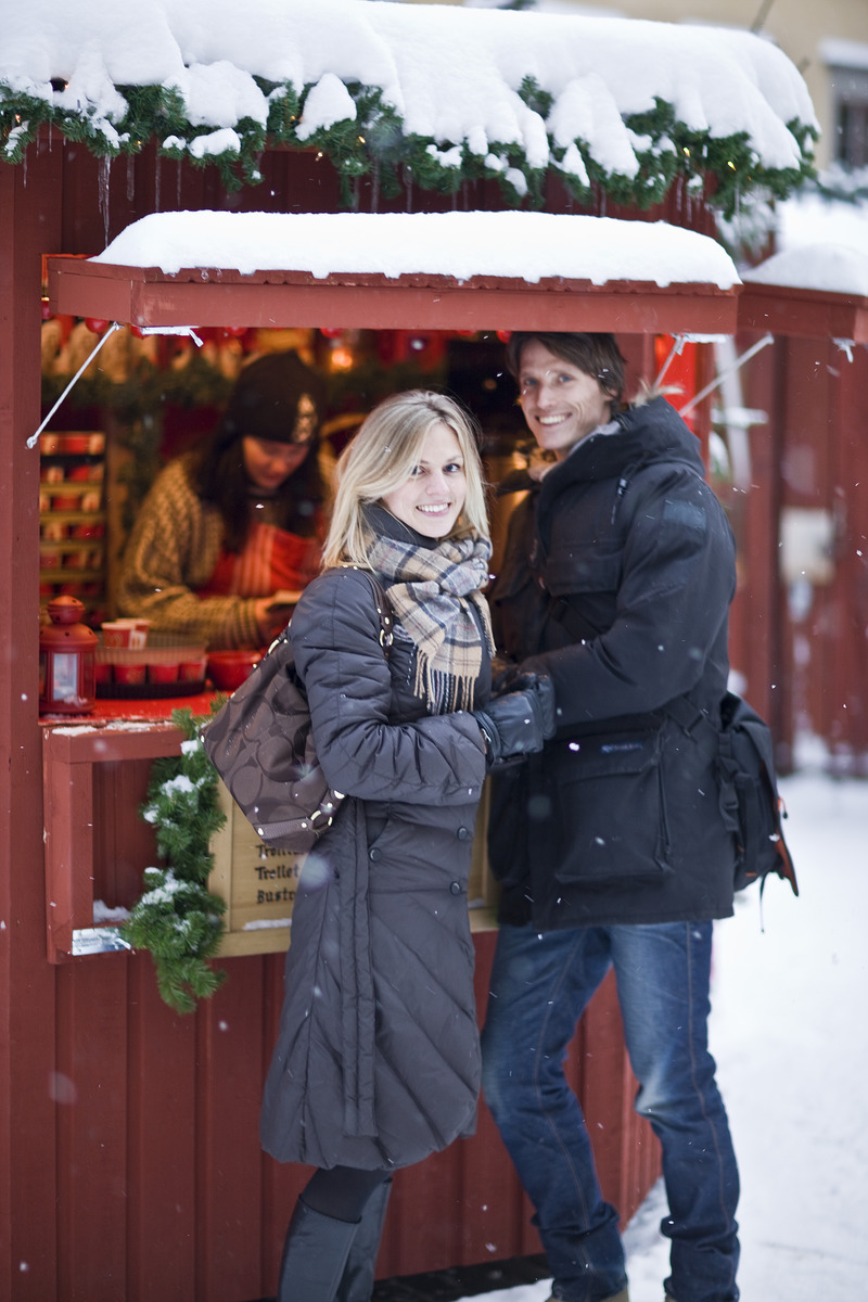 Copule_at_christmas_market_Old_town_Photo_Henrik_stockholm.jpg