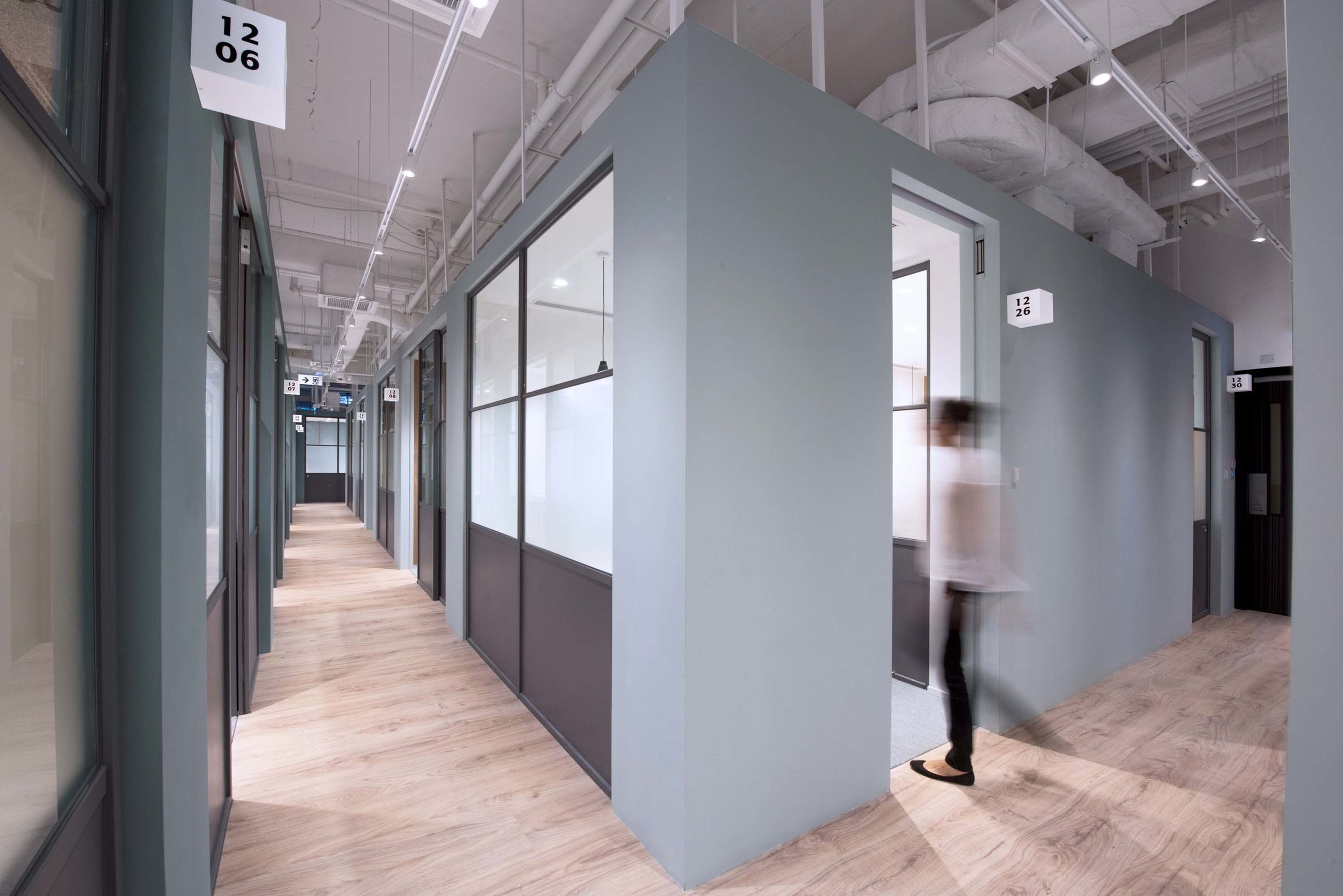 The space contains 74 private offices that can hold between two and 12 employees, as well as 80 hot desks. Offices and desks can be booked on a monthly or daily basis, according to the tenant's needs.