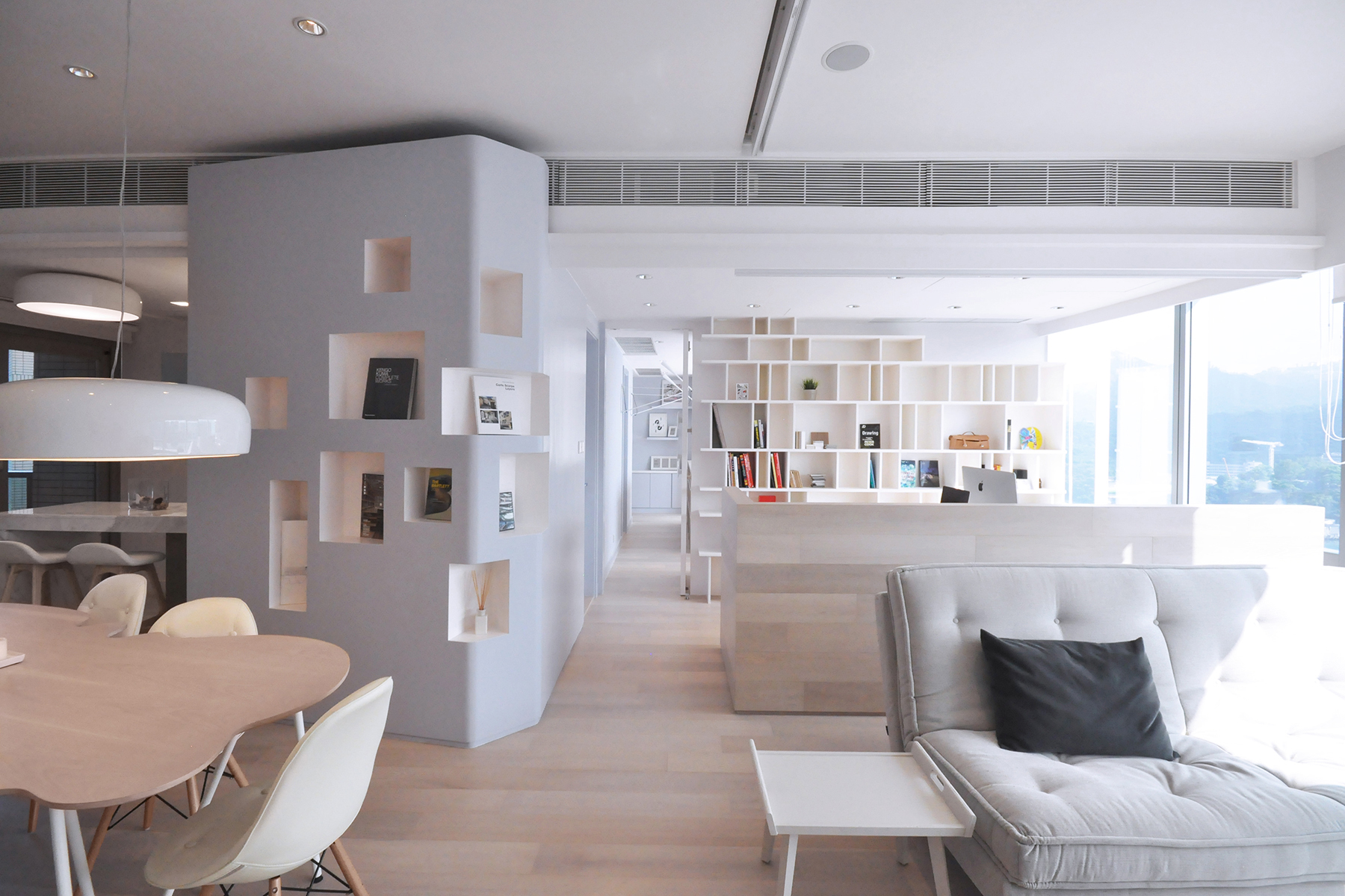 The material palette is calm and refreshing, with a tranquil sea-blue colour chosen for the continuous blue 'ribbon' wall that floats and connects through all the different areas, and acts as the main spatial element for storing and displaying personal items