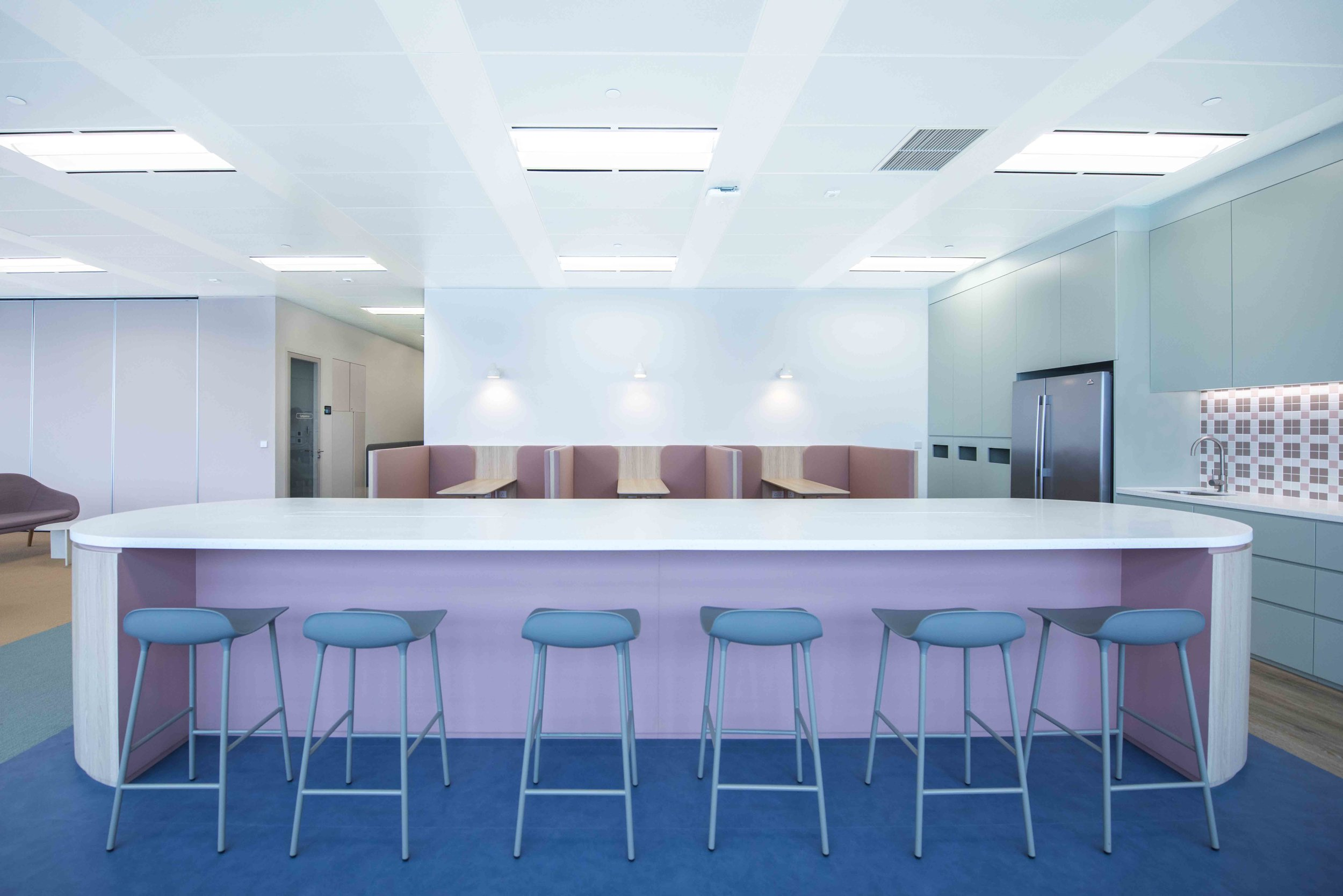 The pantry space is designed as the social heart of the workplace, where employees can socialise with each other for informal meetings using the central island table, the diner style carts, as well as a 30 metres long counter along the panoramic windows that faces the Victoria Harbour.