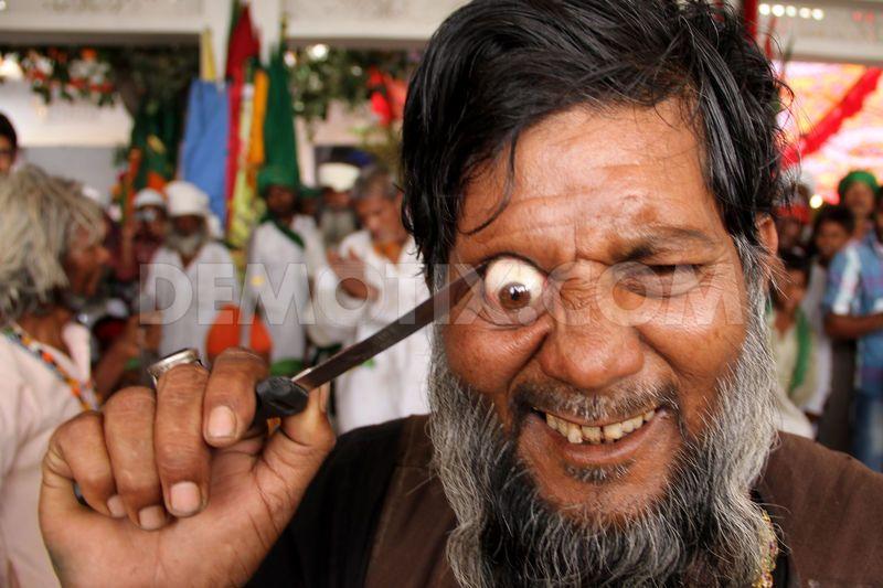 1368493812-indian-muslim-sufi-devotees-perform-selfflagellation-and-piercing_2051347.jpg