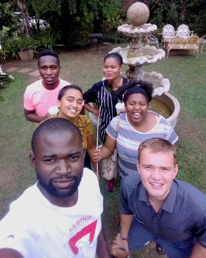 - 3 måneder i Sør-Afrika er det beste valget jeg har tatt. Under oppholdet på Pietermaritzburg YMCA fikk jeg blant annet jobbe med unge hjemløse, arbeide aktivt mot rusmisbruk, lære barn om bærekraftig økonomi, leve i zulukulturen og ellers reise rundt i Sør-Afrika. I løpet av oppholdet så jeg hvor avgjørende frivillig arbeid er for svakerestilte grupper i lokalsamfunnet, og ble inspirert av hva jeg som enkeltindivid kan gjøre for å motvirke global urettferdighet. Det aller beste var følelsen av å bidra i et team, hvor selvstendig jeg ble og alle vennskapene jeg fikk på tvers av landegrenser som vil vare livet ut. Om jeg ville gjort det igjen? Selvfølgelig!- Philip Torp Nilssen - deltaker 18/19