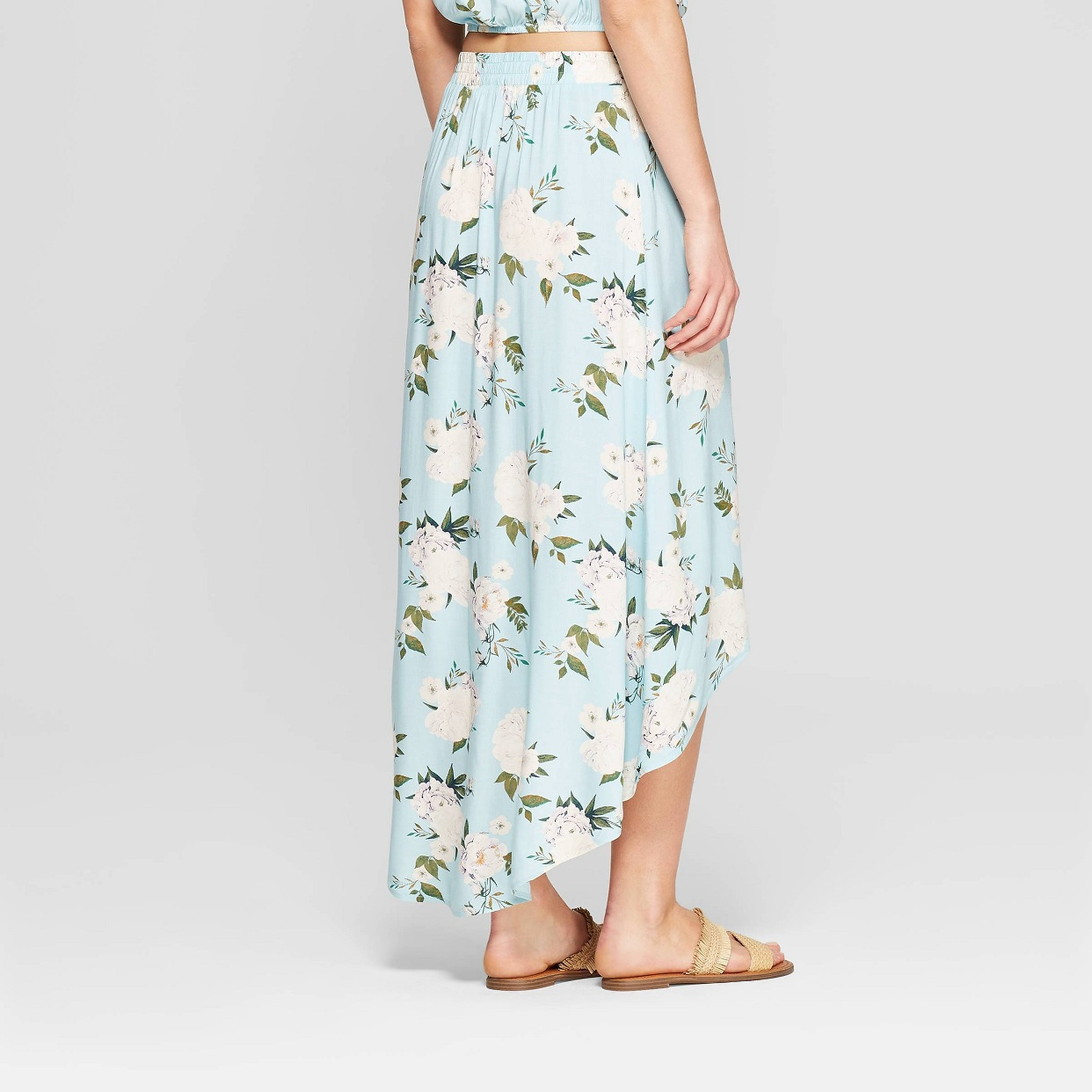 - GIve me all the floral maxi skirts! This one is super cute with the hi low hem and is so light for summer. A new fave!Find it here.