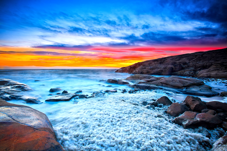Når vi ser på svabergene, øyene, holmene og skjærene rundt oss, står de for oss som evig uforanderlige. Når rødskjæret farger dem i solnedgangen, eller når skumsprøyten løsriver seg fra de gråblå bølgene og vaker oppover klippene, tror vi at slik vil det alltiid være. Men vår tilværelse er bare som øyeblikk i den geologiske historien.
