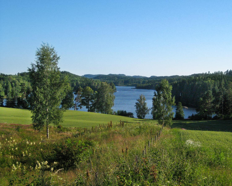Idylliske Øymarksjøen omgitt av et fantastisk landskap. Her fra området nedenfor Øymark kirke.Foto: Vidar Iversen