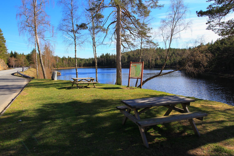 Boltjern rasteplass er en idyllisk rasteplass med bord og sittebenker. Her er det ypperlig for en matpause akkopagnert av solglitrende innsjø og fuglesang.