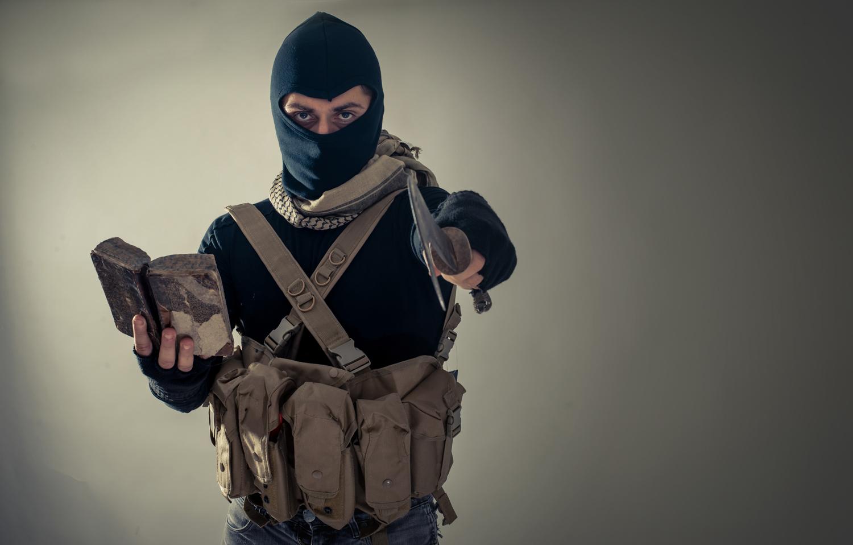 Forferdelige terroranslag har ridd Tyrkia som et mareritt i 2016. Tyrkia har gått inn i Syria med militære styrker og utfører nå kraftig krigføring i det krigsrammede landet. Er dette for å utrydde IS, eller er det en krigføring med skjult agenda, hvor hensikten er å knuse kurderne militært, eller kanskje begge deler?Kurderne har de siste årene kriget kraftig mot IS og vunnet mange slag, men kurderne er ogsåTyrkias mangeåreige hovedfiende.