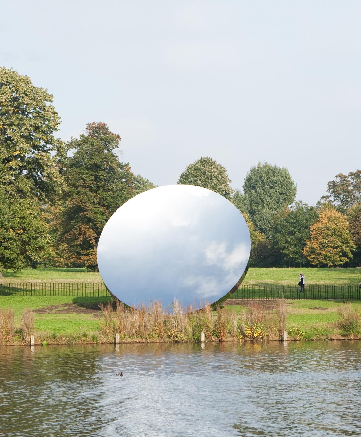 Anish Kapoor, Sky Mirror, 2006. Rustfritt stål. Diameter 3,4 m. Kensington Gardens, 2010-11. Foto: Dave Morgan. Tilhører kunstneren og Gladstone Gallery. © Anish Kapoor, 2018