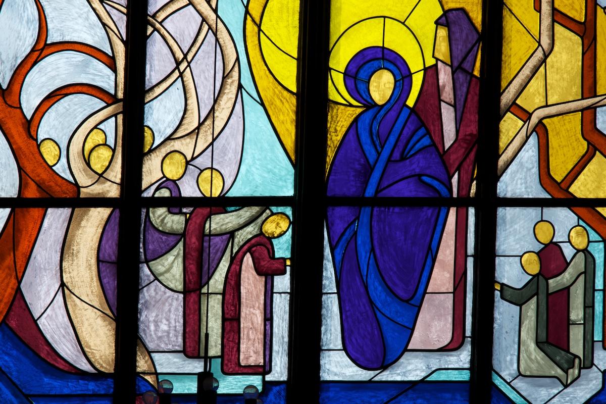 Fenster in der Dreifaltigkeitskirche Wiesbaden. Foto: Benjamin Dahlhoff