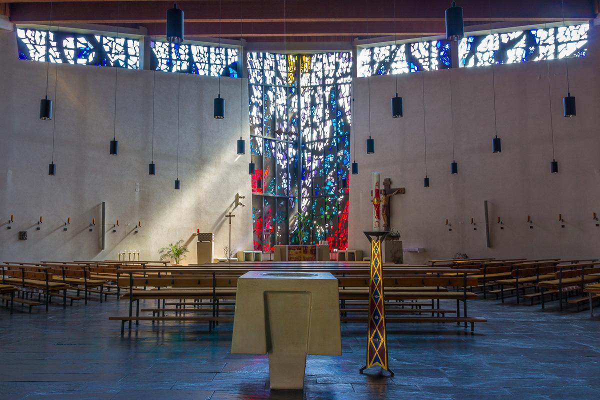Taufbecken, Taufkerze, Altarraum und Lichtfenster in St. Michael. Foto: 2014 Benjamin Dahlhoff