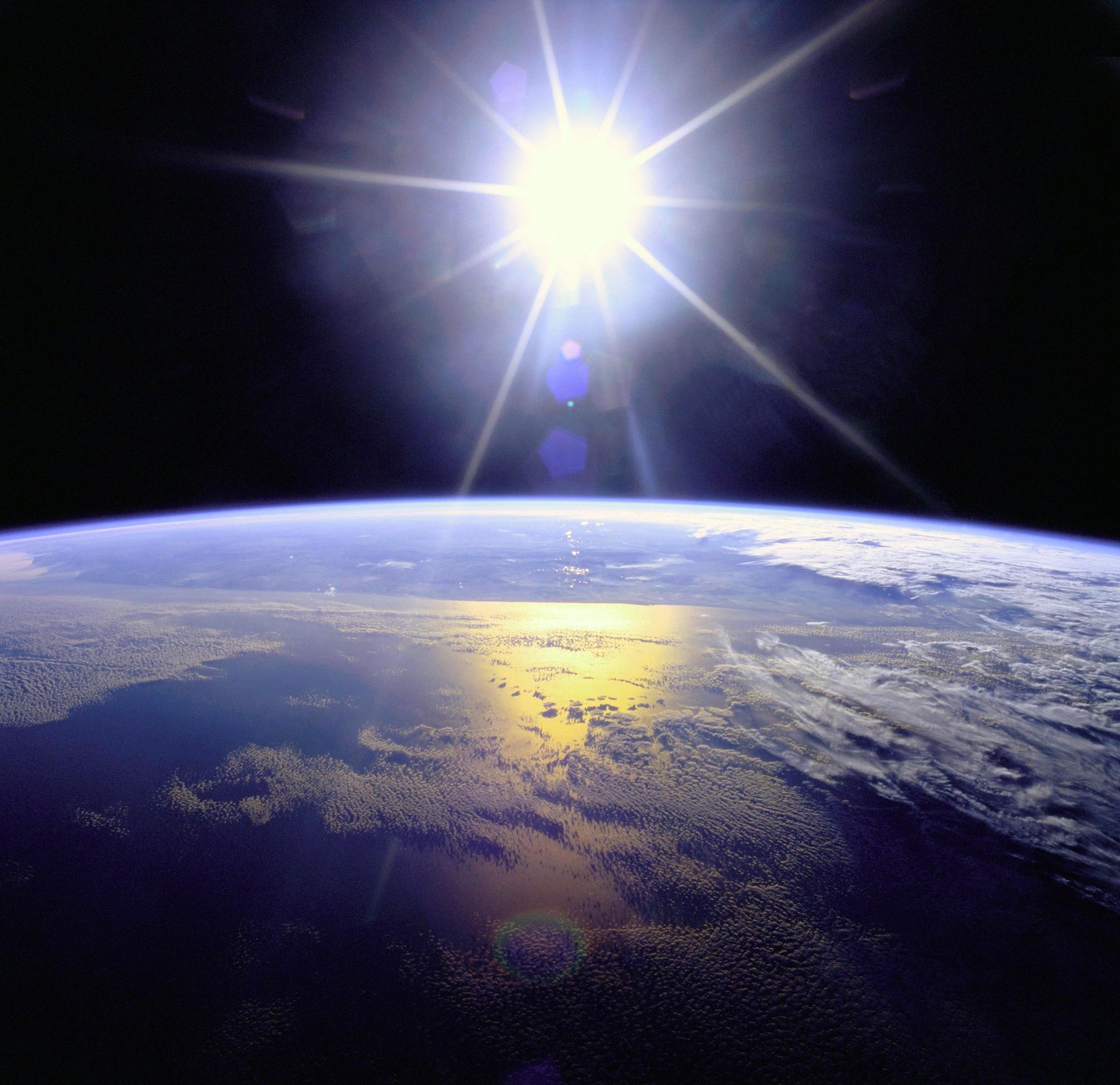 Sonne über der Erde. Bild: NASA, public domain.