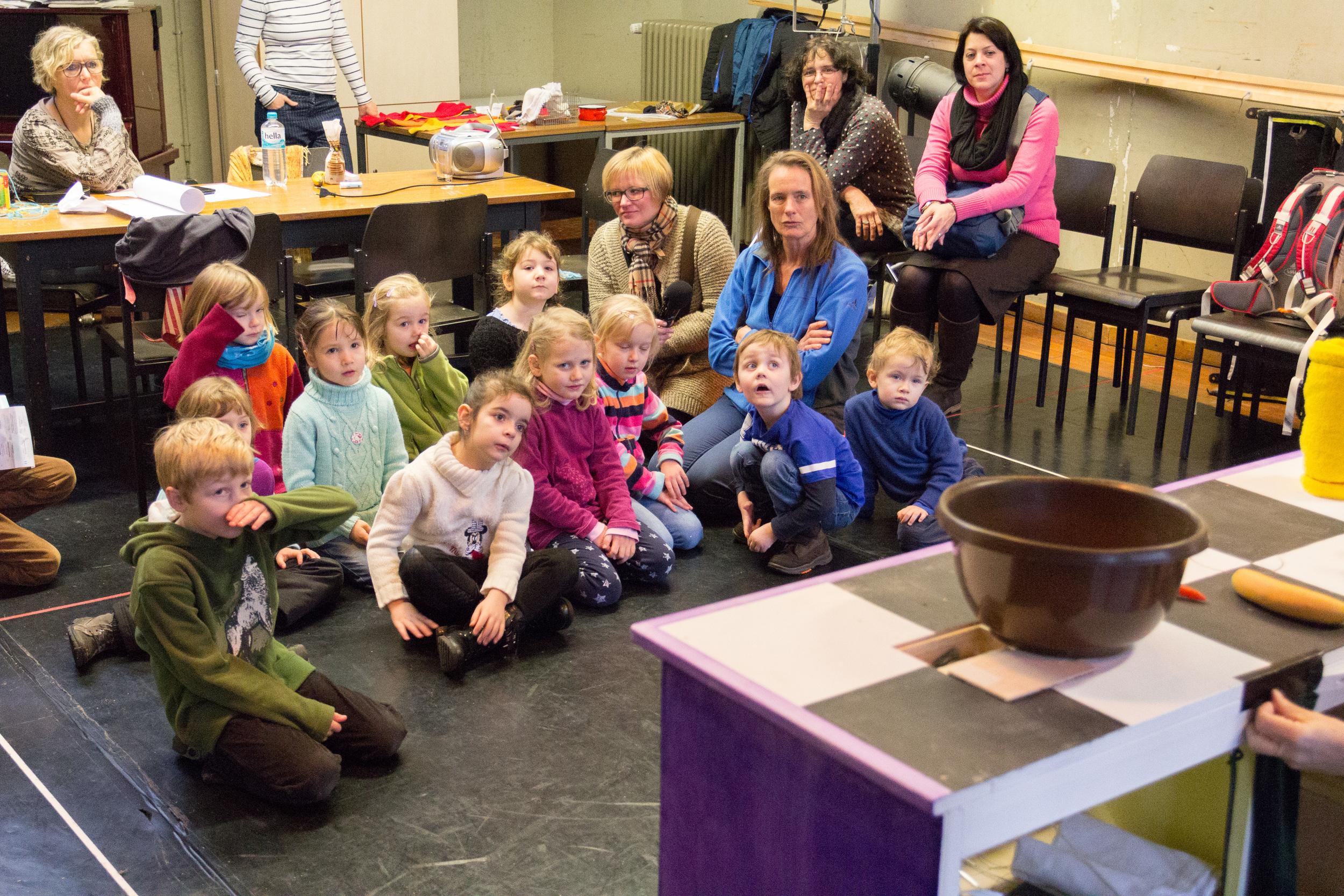 """Kinder entdecken die Probebühne von """"Katers Kuchen"""" in den Arbeitsräumen des Staatstheaters. Foto: Benjamin Dahlhoff 2015"""