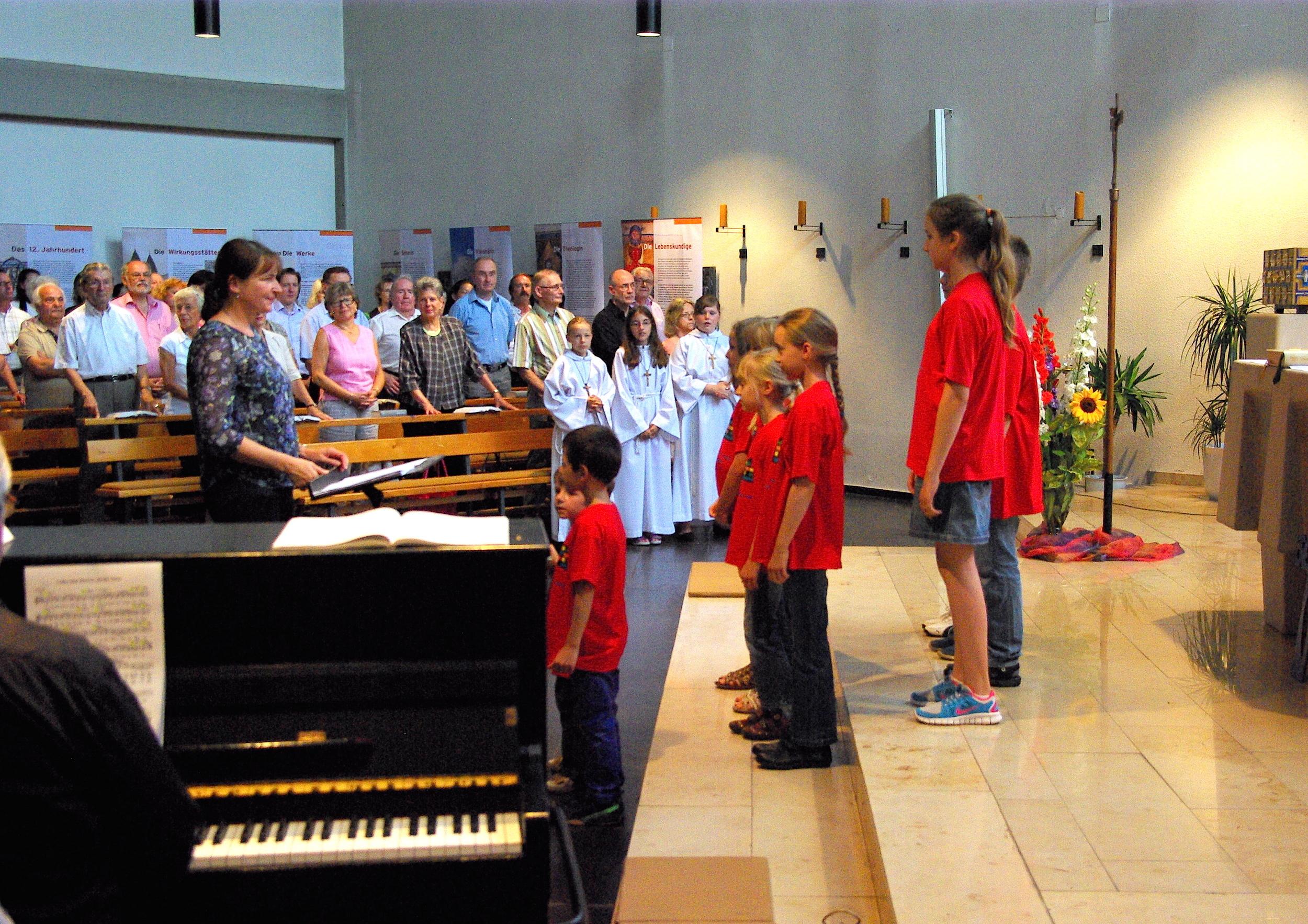 Das Bild zeigt den Auftritt des Kinderchores beim Fest zum 50jährigen Jubiläum der Kirche St. Michael im Sommer 2014.