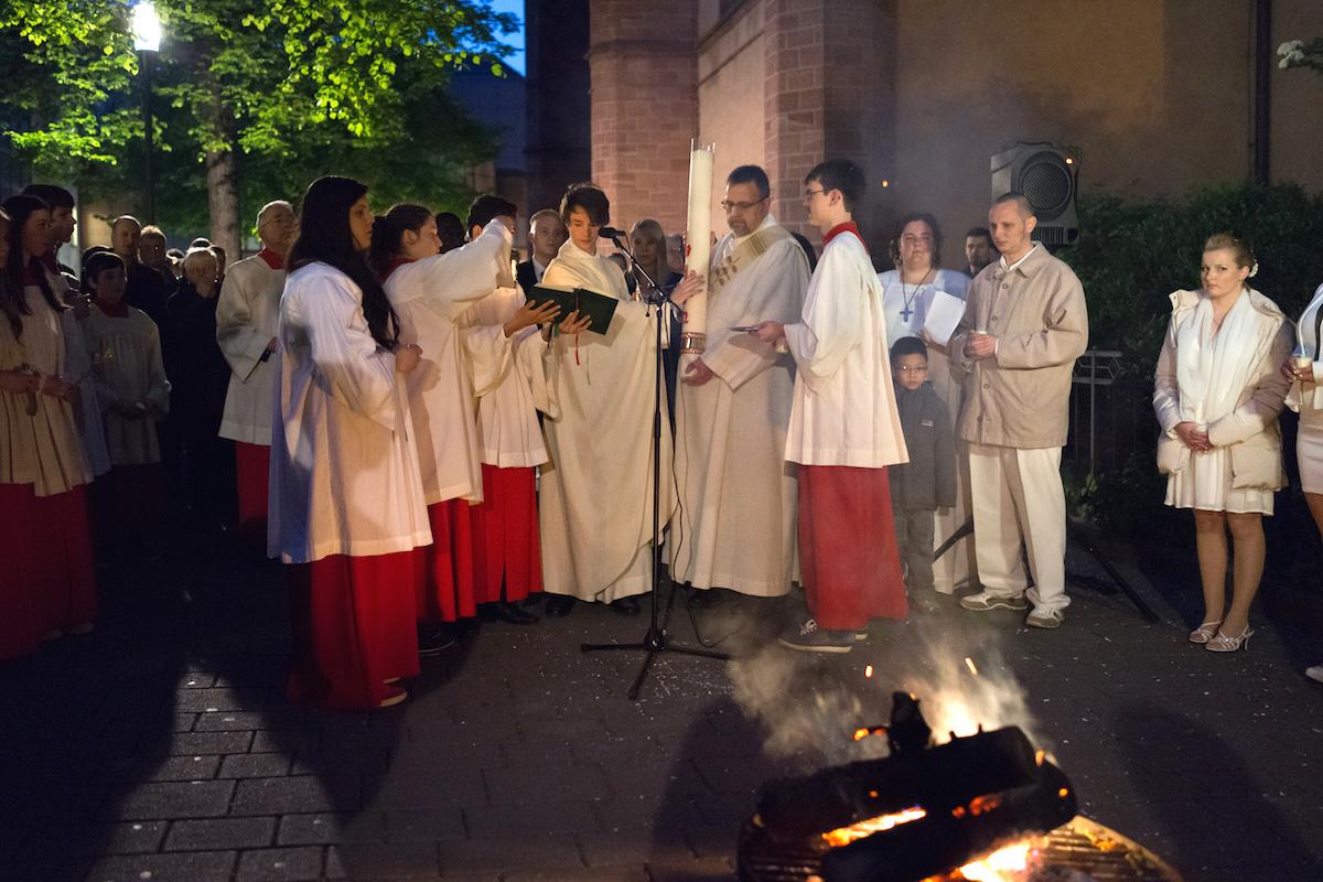 Feier der Osternacht in St. Bonifatius: Kaplan Schade bereitet am Osterfeuer vor der Kirche die Osterkerze vor. Foto: 2014 Benjamin Dahlhoff