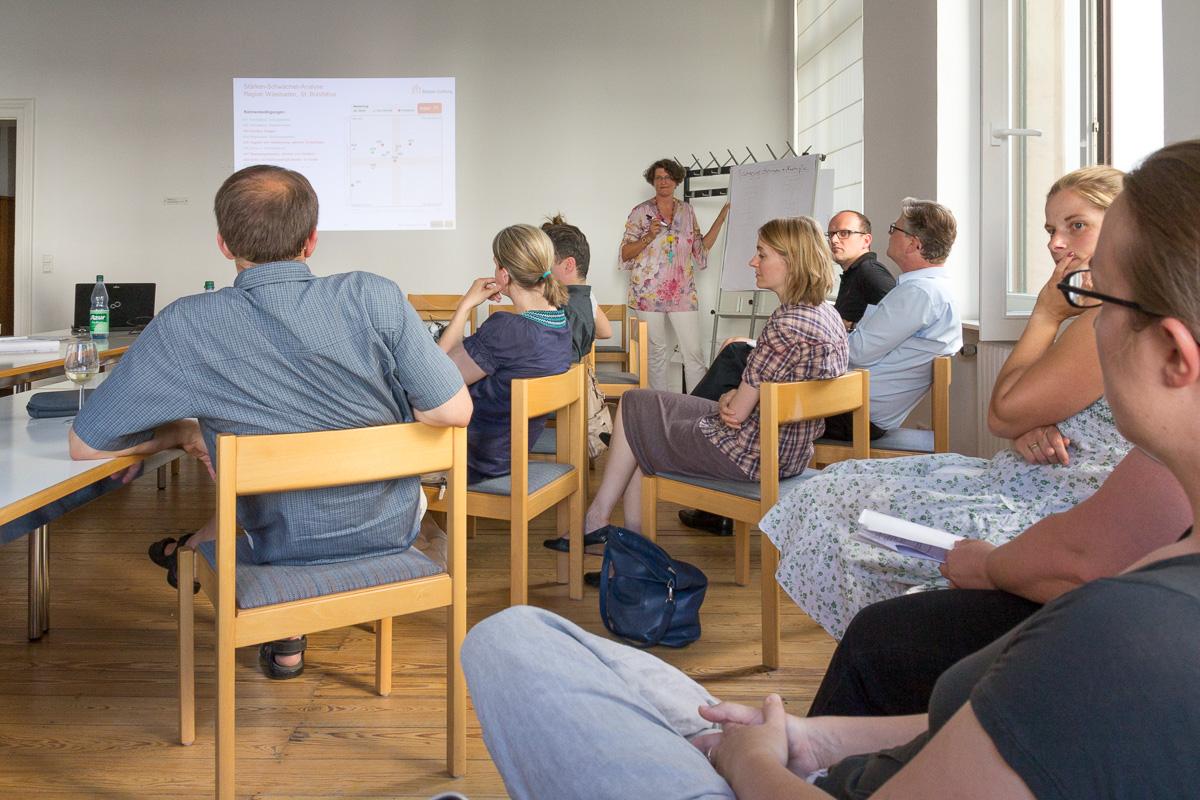 Kita-Koordinatorin Dr. Julia Fauth im Dialog mit den Eltern bei der diesjährigen Ergebnispräsentation der Elternbefragung. Bild: B. Dahlhoff