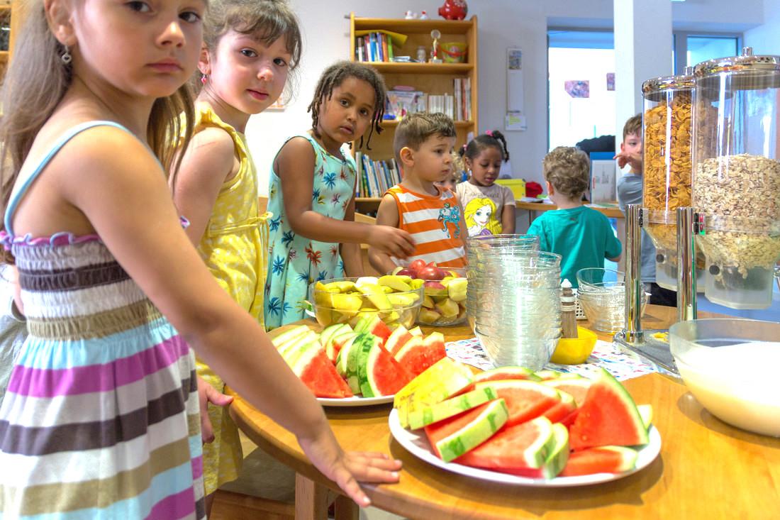 Die Qualität der Ernährung ist eine der Stärken unserer Einrichtungen. Hier Kinder beim Frühstück in der Kita St. Bonifatius. Foto: B. Dahlhoff