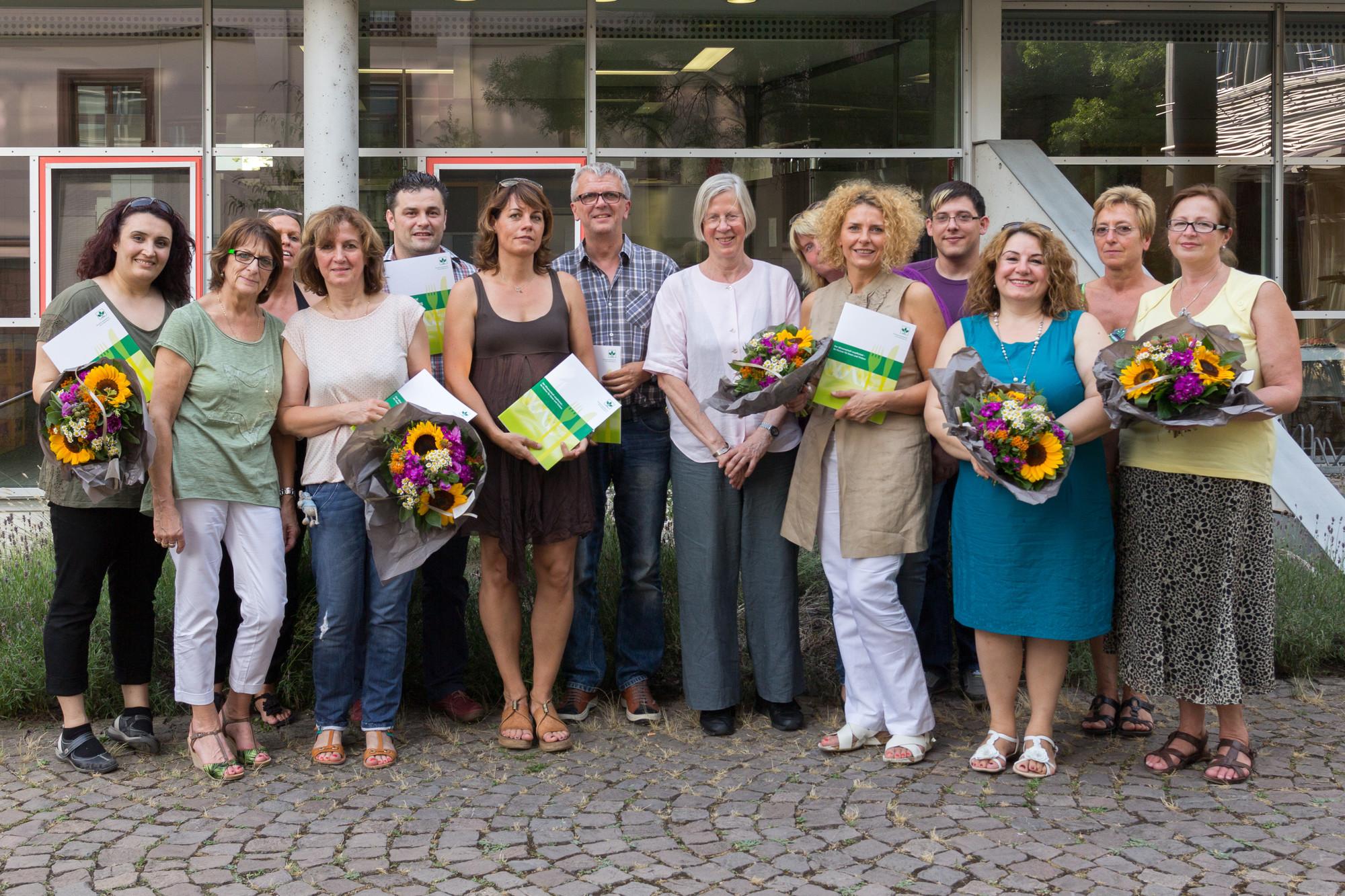 Kita-Leitungen und Küchenkräfte gemeinsam mit Dr. Dörte Folkers (DGE) bei der Übergabe der neuen DGE-Zertifikate. Foto: B. Dahlhoff