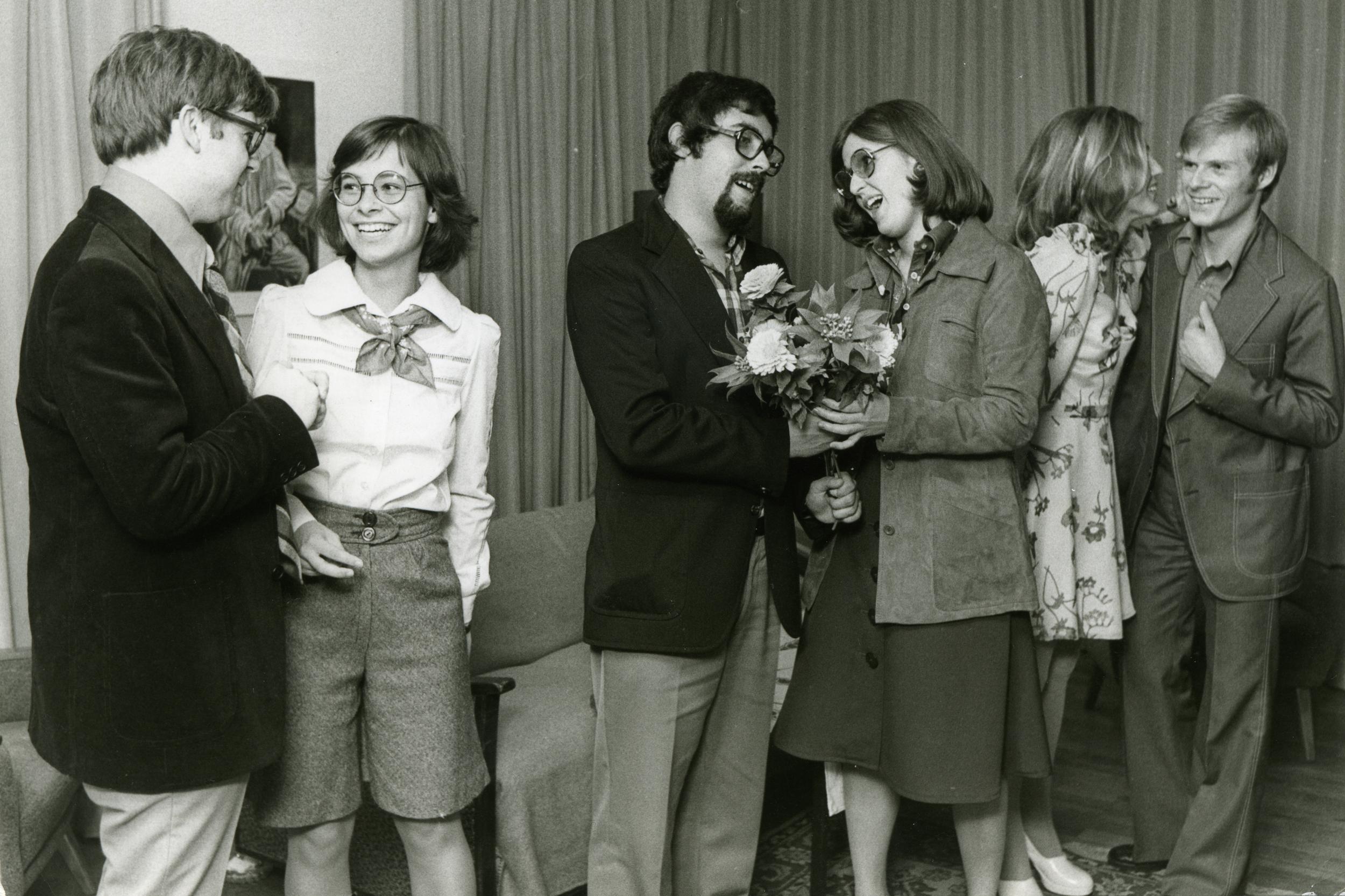 """die gewissen 1972 - passend zu Frisuren und Brillen der Titel des Lustspiels: """"Hulfe, meine Frau ist gleichberechtigt!"""""""