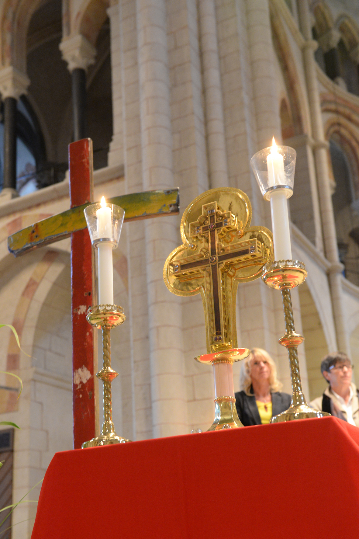 Kreuzreliqiue auf dem Altar im Limburger Dom. Bild: Bistum Limburg