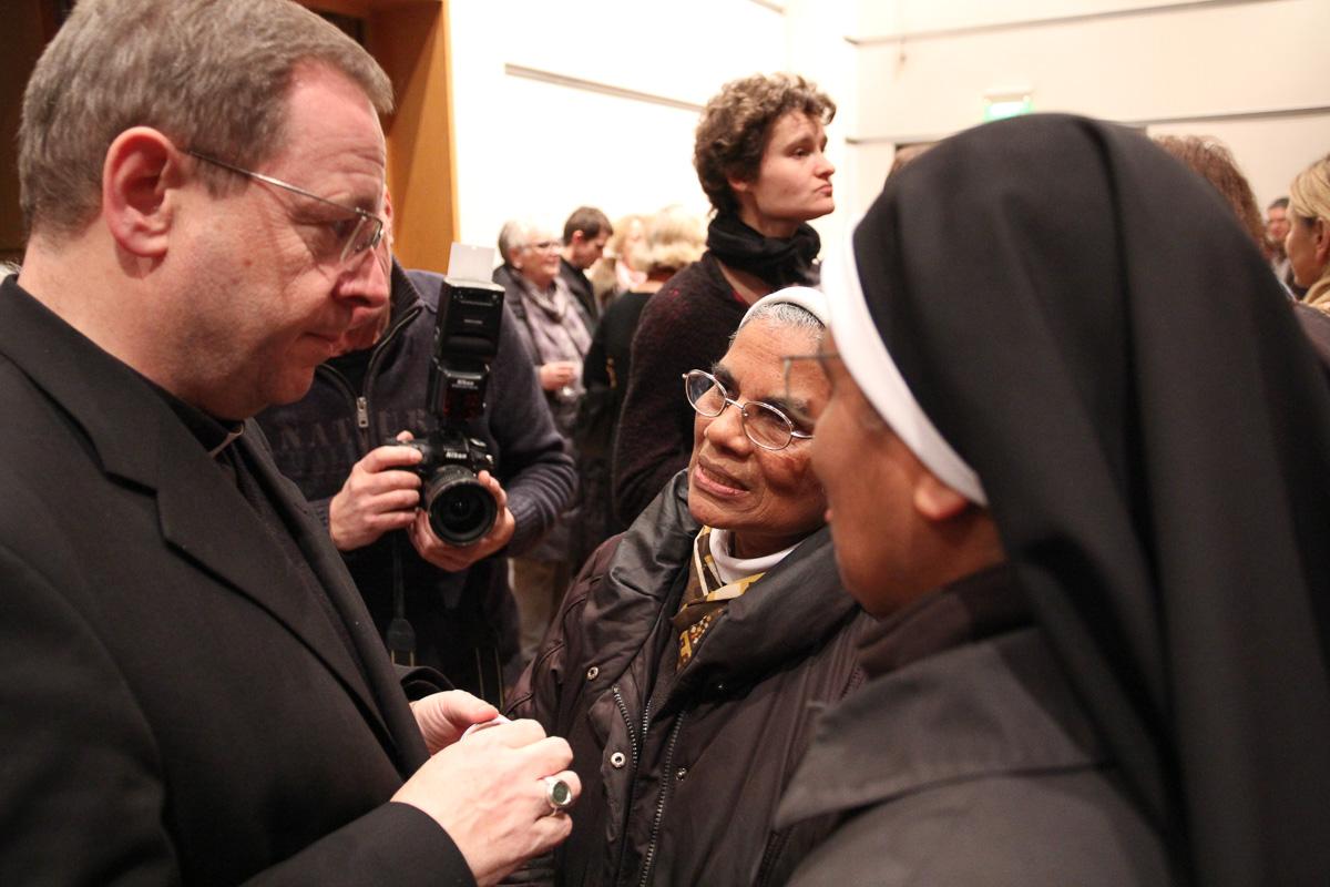 Im Gespräch mit Gästen. Bischof Georg beim Empfang im Roncallihaus. Foto: Benjamin Dahlhoff