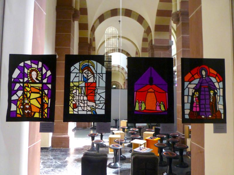 Vier der Kirchenfenster, welche in der Kirche zu sehen sind. Bild: Gymnasium am Moosbacher Berg
