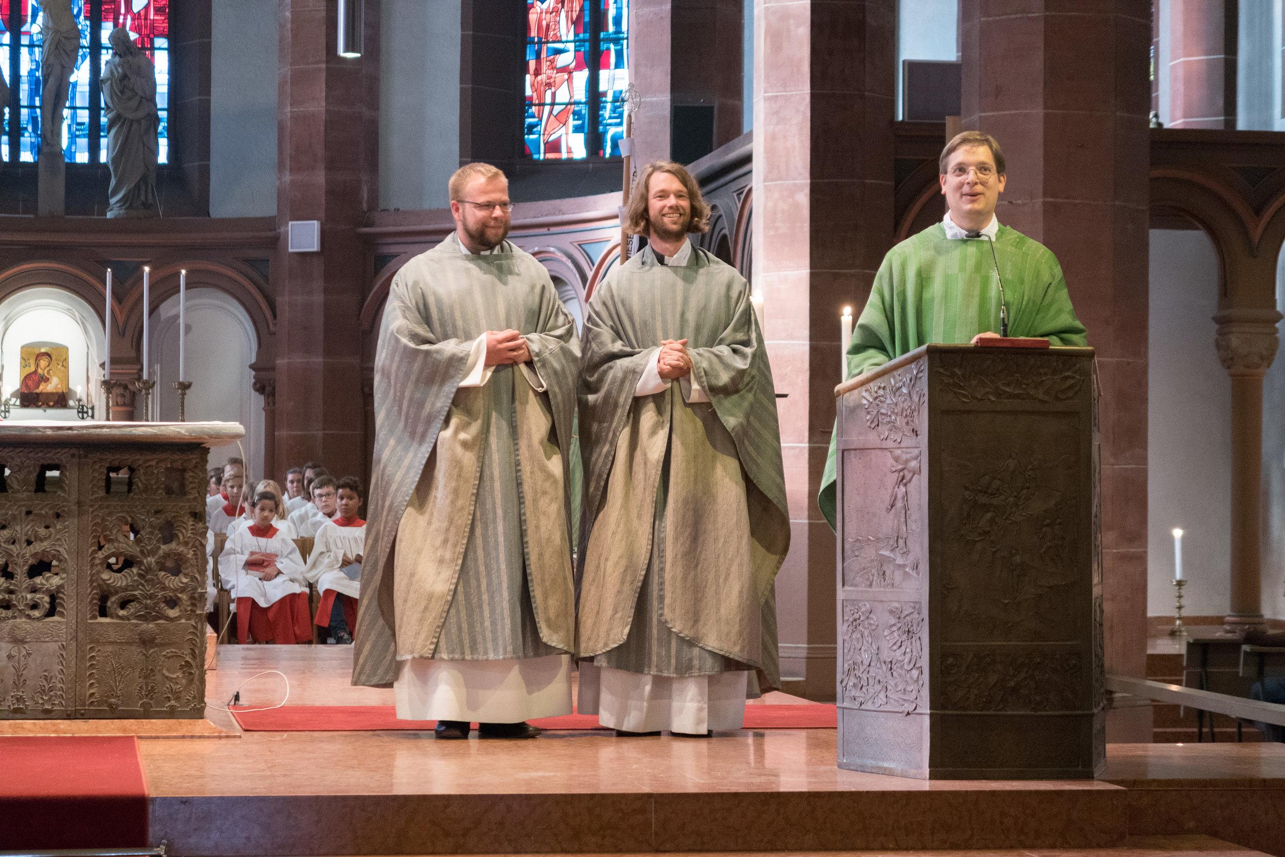 Die Kapläne Radoslaw Lydkowski (links) und Simon Schade (mitte), Stadtdekan Klaus Nebel (rechts) bei der Verabschiedung im Gottesdienst am 13. August 2017 in St. Bonifatius. Foto: Benjamin Dahlhoff