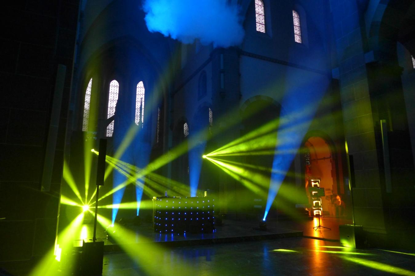 """Spektakulär war die Lichtinstallation des """"Kana""""-Lichtteams, auf Musik genau abgestimmt, die den Kirchenraum in bunten Farben und jeder Menge Bühnennebel erstrahlen ließ.Foto: Anja Baumgart-Pietsch"""