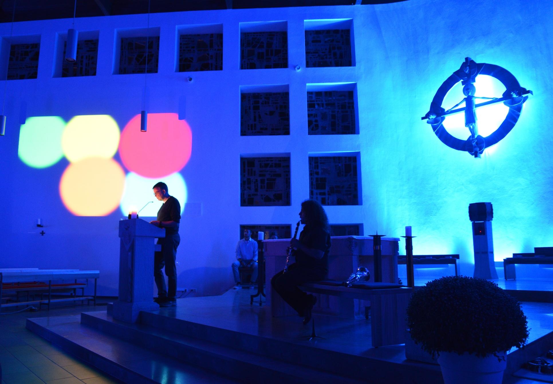 Warten auf das blaue Wunder: Die katholische Kirche St. Birgid in Bierstadt ist im Rausch der Farben. Zu jedem Programmpunkt wird der Kirchenraum in einer anderen Farbe ausgeleuchtet. Mystisch sieht es aus.Fotos: Andrea Wagenknecht